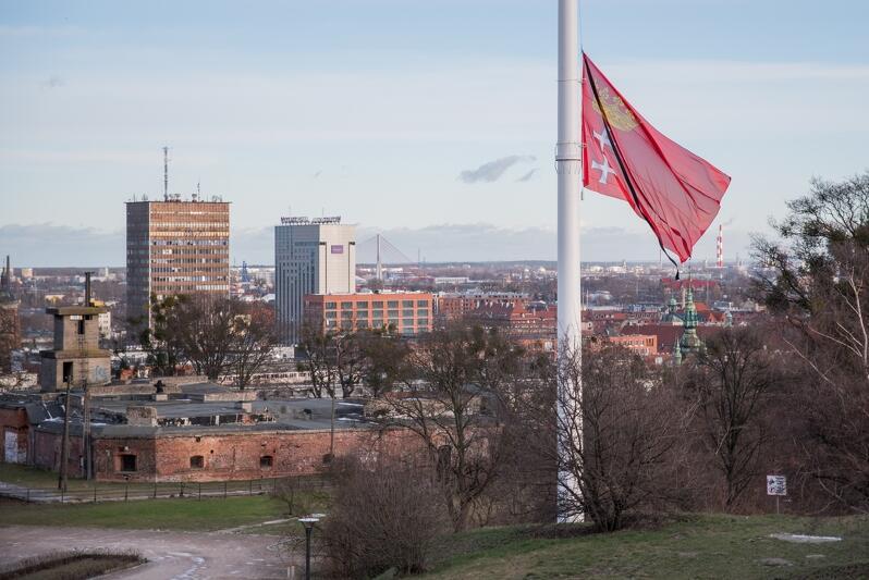 Maszty flagowe opuszczone do połowy, powrócą na swoje właściwe miejsce także w nocy z 13 na 14 lutego. Nz. Maszt przy Hevelianum