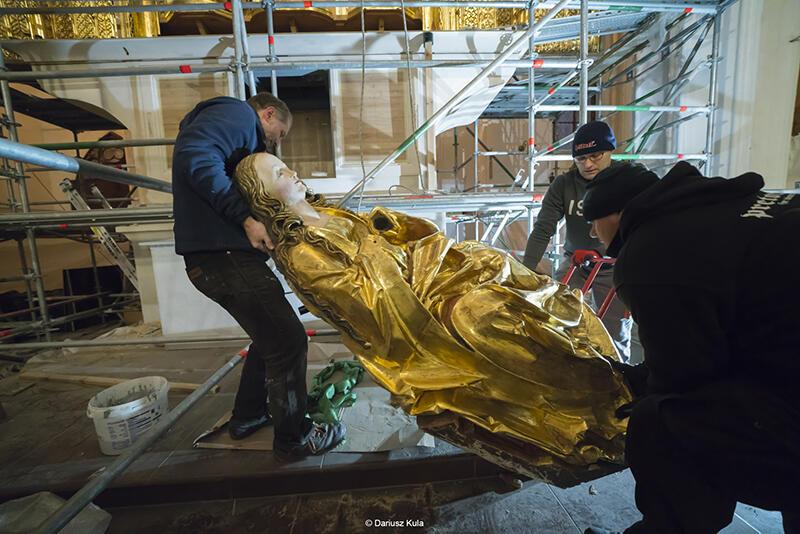 Montaż odnowionych figur na ołtarz główny Bazyliki Mariackiej w Gdańsku