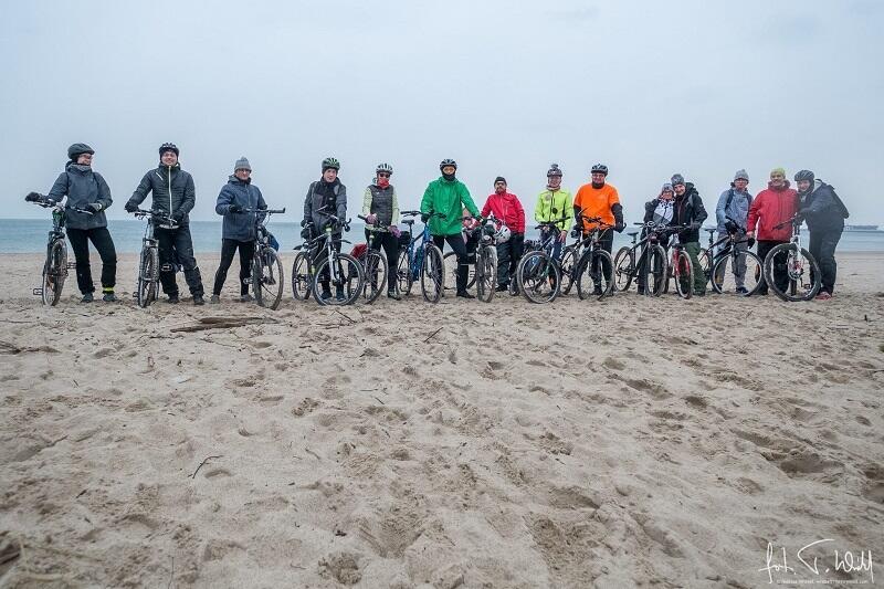Gdańszczanki i gdańszczanie na rowerach kilkakrotnie spotkali się w piątek i w sobotę by wykonać grupowe zdjęcia dokumentujące udział w akcji (nie wszystkim pasował jeden termin)