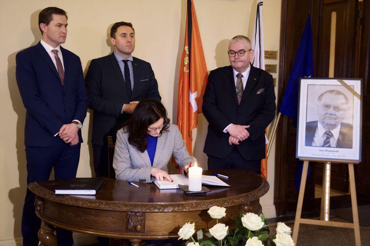 Aleksandra Dulkiewicz, pełniąca obowiązki prezydenta Gdańska wpisuje się do księgi kondolencyjnej po śmierci Jana Olszewskiego