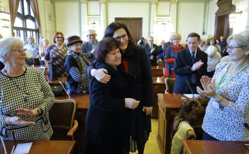 Przedstawiciele Obywatelskiego Parlamentu Seniorów spotkali się z pełniącą obowiązki prezydenta Gdańska Aleksandrą Dulkiewicz. Nz. Barbara Badowska-Średniawa i Aleksandra Dulkiewicz.