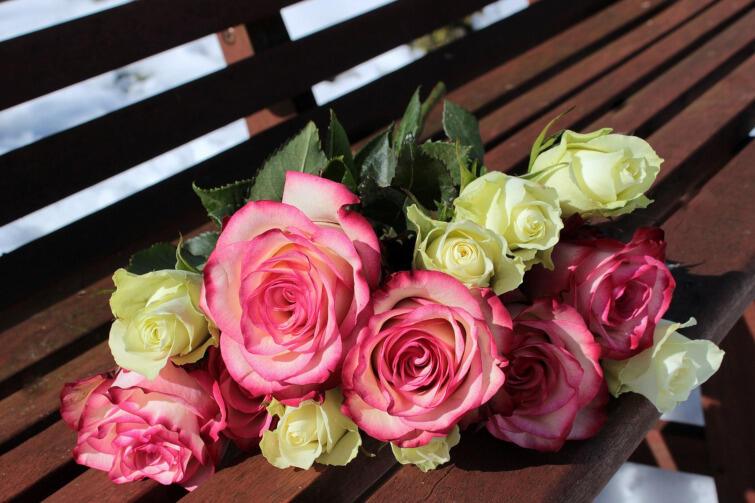 Zamiast poprzez kwiaty, choćby najpiękniejsze, można okazać sympatię komuś bliskiemu zabierając go np. do teatru