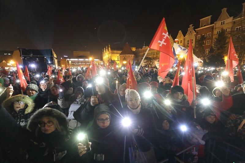 Na Targ Węglowy 13 lutego 2019 r. przyszło ok. 1,5 tys. osób by wziąć udział w `Światełku dla Prezydenta`