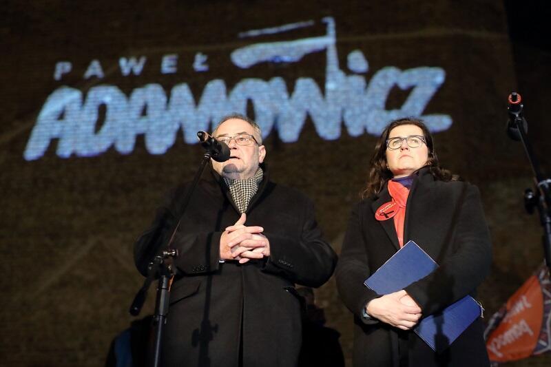 Piotr Adamowicz, brat zmarłego Prezydenta podziękował za dobro i zaangażowanie gdańszczan w minionym miesiącu i poprosił Aleksandrę Dulkiewicz o `zdjęcie flag`