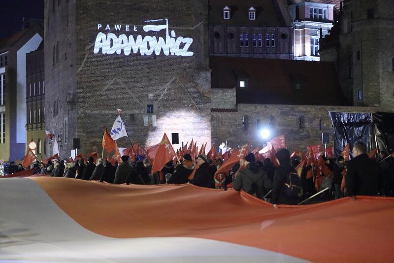 W morzu flag Gdańska i Polski na Targu Węglowym dominowała olbrzymia sektorówka...