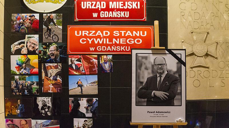 Po śmierci prezydenta Gdańska Pawła Adamowicza mieszkańcy i przejezdni spontanicznie zostawiali pod magistratem przy Nowych Ogrodach różne przedmioty. Po zakończeniu żałoby trafią do Muzeum Gdańska