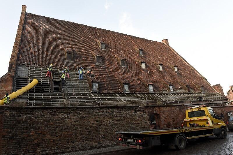 Demontowane pokrycie dachowe Wielkiego Młyna w Gdańsku pochodzi z lat 60-tych XX wieku