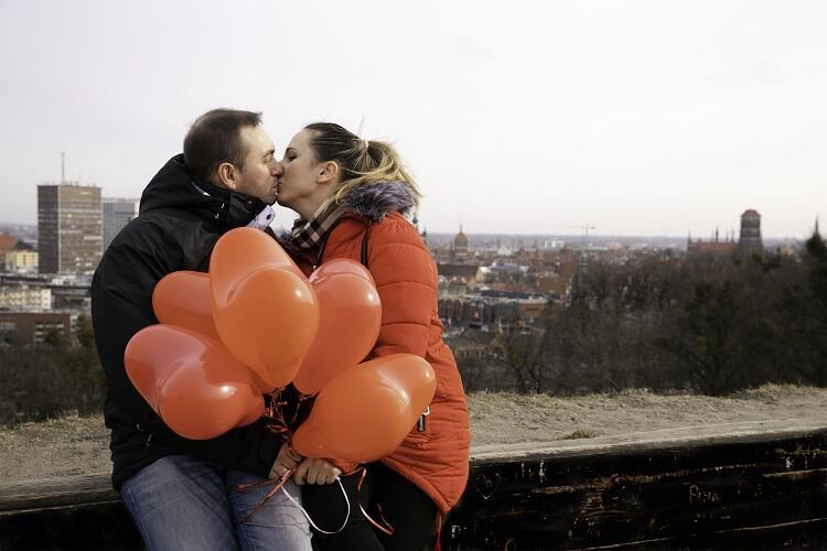 Ogrom uczuć z panoramą Gdańska w tle.