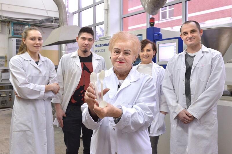 Twórcy innowacyjnej kompozycji polimerowej (od l.): Agnieszka Haryńska, Paweł Szarlej, prof. Helena Janik, dr hab. Justyna Kucińska-Lipka, dr Maciej Sienkiewicz