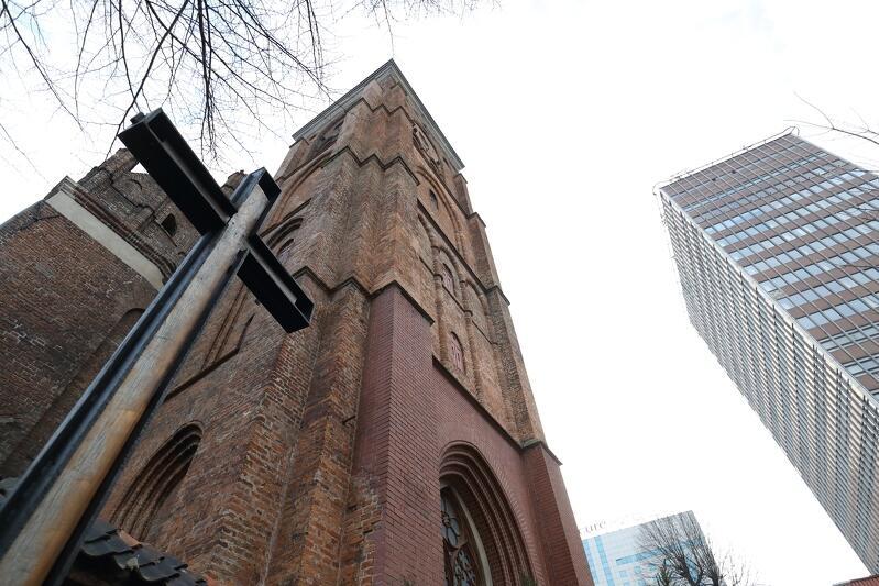 Widok na wieżę kościoła św. Bartłomieja, pod którą znajduje się wejście do świątyni