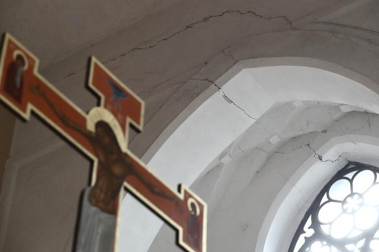 Spękania w kaplicy kościoła św. Bartłomieja. Sytuacja jest na bieżąco monitorowana, trzeba zrobić ekspertyzę, a potem - na jej podstawie - wykonać prace naprawcze
