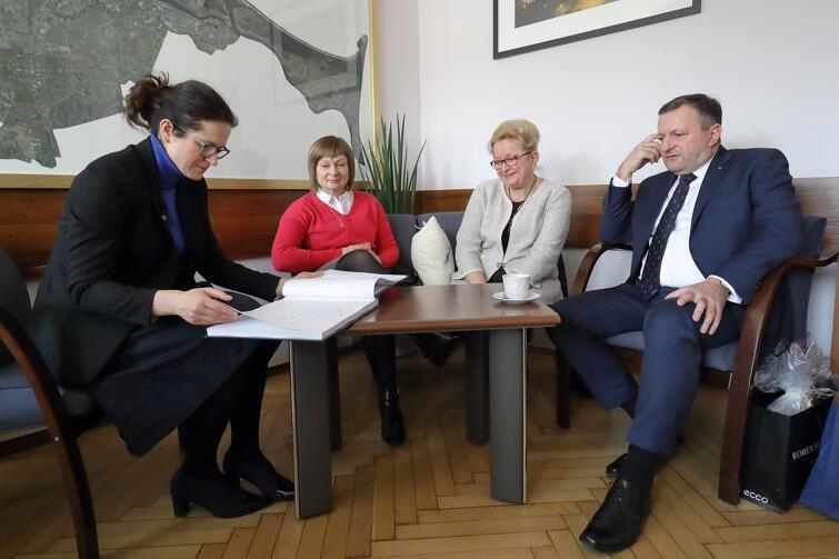 Od lewej: Aleksandra Dulkiewicz, Małgorata Surdy, Ewa Kamińska (w 2010 roku Zastępca Prezydenta ds. Polityki Społecznej) i Leszek Surdy