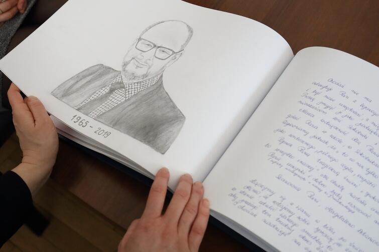 W księdze znalazły się wpisy zrozpaczonych mieszkańców, wyrazy współczucia i wsparcia, a nawet rysunkowy portret prezydenta Adamowicza