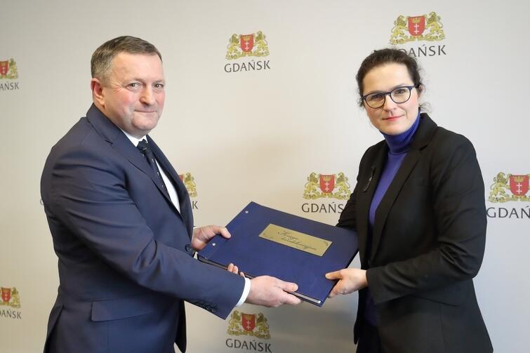 Wójt gminy Gorzyce Leszek Surdy z wizytą u pełniącej obowiązki prezydenta Gdańska Aleksandry Dulkiewicz, podczas której przekazał księgę kondolencyjną