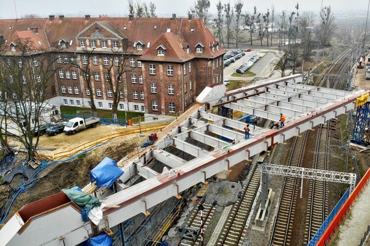 Żeby zamontować na wiadukcie ruszt stalowy, trzeba było wstrzymać ruch pociągów