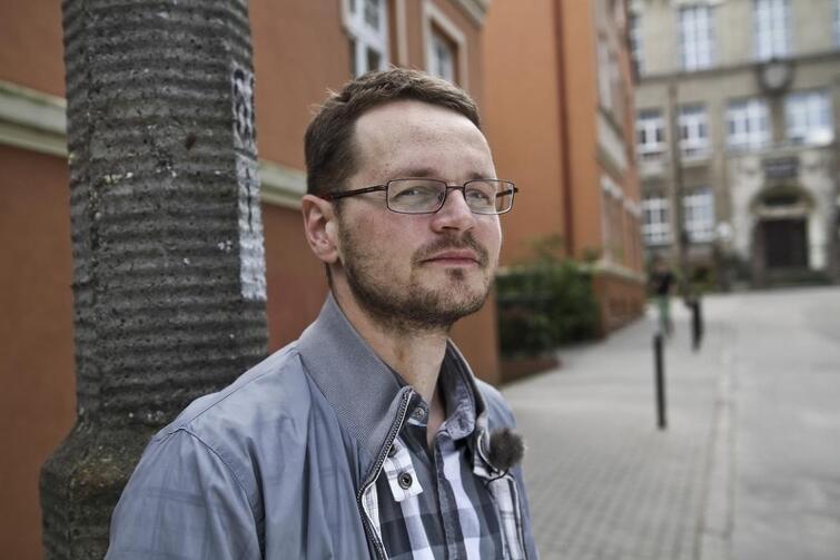 Poeta Artur Nowaczewski mieszka w Gdyni, ale pracuje w Gdańsku