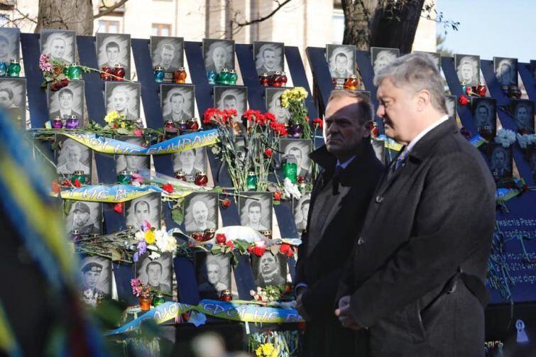 Donald Tusk, przewodniczący rady Europejskiej i Petro Poroszenko, prezydent Ukrainy oddają hołd poległym na Majdanie
