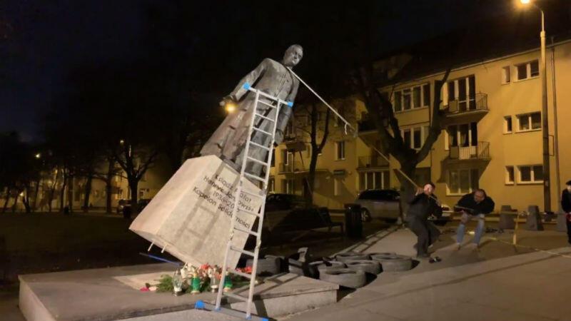 Moment obalania pomnika ks. Jankowskiego