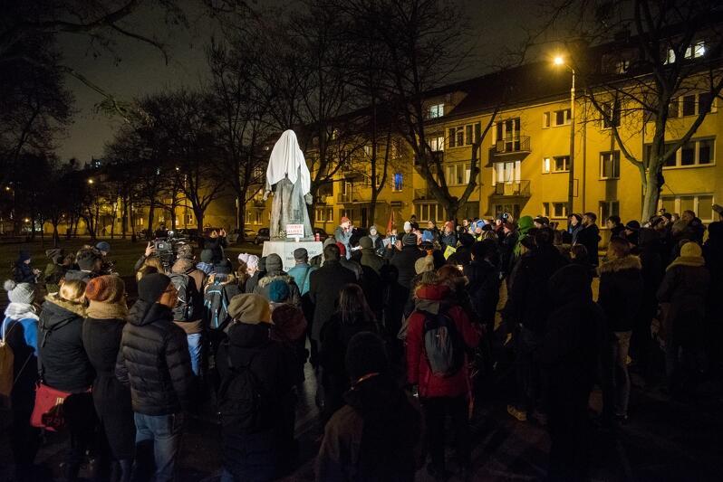 W dniu 12 stycznia przy pomniku ks. Jankowskiego odbyła się manifestacja. Uczestnicy domagali się m.in. usunięcia tego pomnika i odebrania honorowego obywatelstwa Gdańska zmarłemu duchownemu