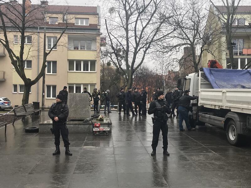 Miejsce w którym doszło do aktu wandalizmu ochrania policja. Na miejscu są też media i przechodnie, którzy obserwują sytuację