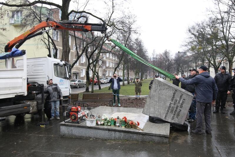 Ustawianie cokołu pomnika księdza Henryka Jankowskiego