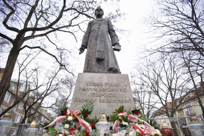 Pomnik prałata Jankowskiego zamontowano ponownie po tym, jak w nocy ze środy na czwartek został obalony przez lewicowych aktywistów