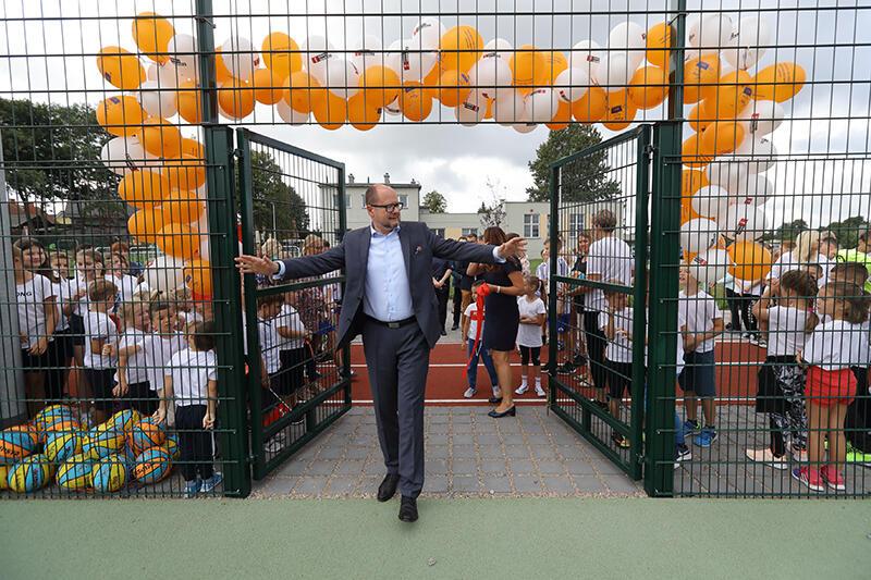 Wrzesień 2018, prezydent Paweł Adamowicz otwiera kolejne boisko szkolne w Gdańsku, tym razem w SP nr 82