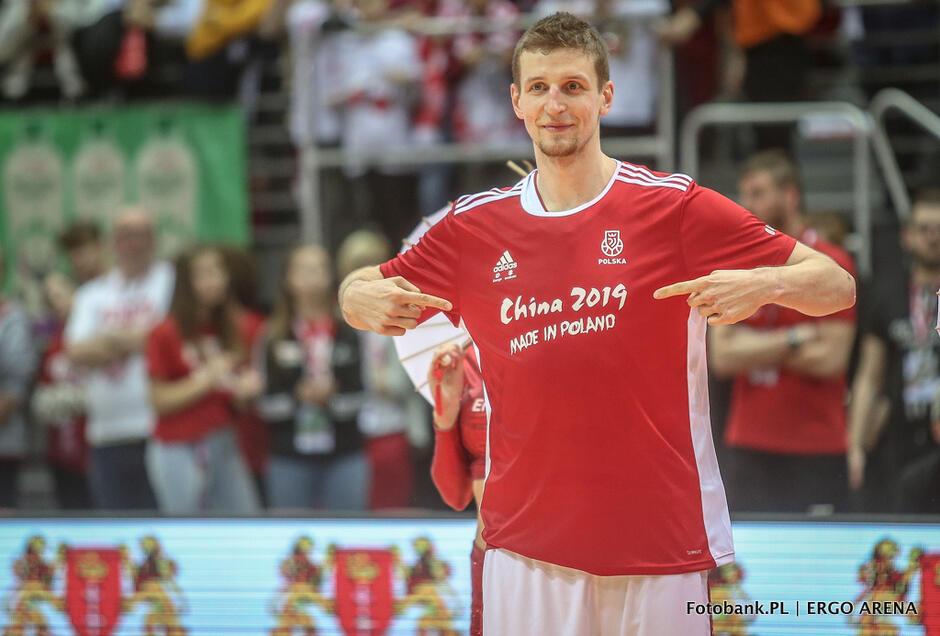 Adam Waczyński w koszulce Made in Poland