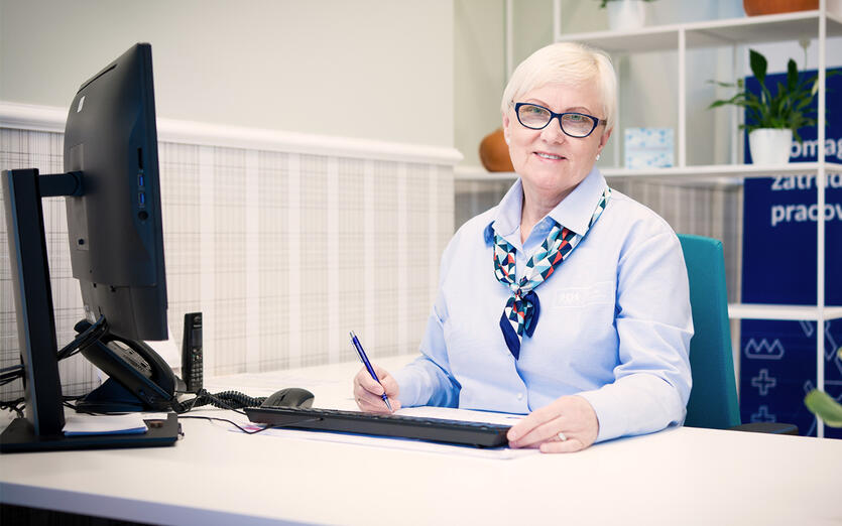 Pracownik Centrum Pracy Seniorek i Seniorów