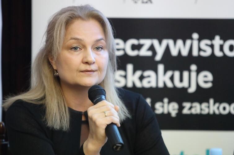 - Ten rodzaj nowotworu rozwija się dłużej niż inne nowotwory - mówi Magdalena Wojtkiewicz, onkolog. - Rak szyjki macicy od postaci utajonej do klinicznie jawnej rozwija się nawet kilka lat, więc teoretycznie można go wykryć wcześnie i zapobiec rozwojowi choroby. Jednak tak się na Pomorzu, w Polsce nie dzieje, bo kobiety nie zgłaszają się na badania profilaktyczne