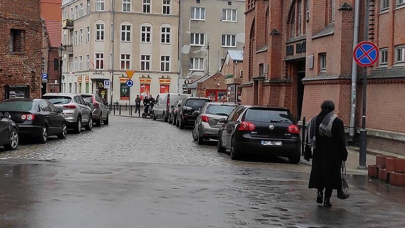 W znacznej część Głównego Miasta obowiązują strefy zamieszkania oraz ograniczonego postoju.