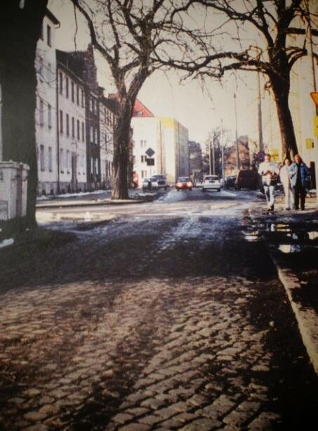 Ulica Leczkowa, widok od strony alei Hallera; na pierwszym planie stary bruk, który zachował się na odcinku tworzącym dziś ślepy zaułek; 2001