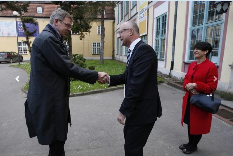 Przed Pałacem Opatów w Oliwie, uroczystość inauguracji działalności Konsulatu Honorowego Estonii w Gdańsku; pierwszym w powojennej historii miasta konsulem honorowym Estonii został Tomasz Posadzki; na zdjęciu ambasador Estonii w Polsce Taavi Toom (po lewej) i Tomasz Posadzki