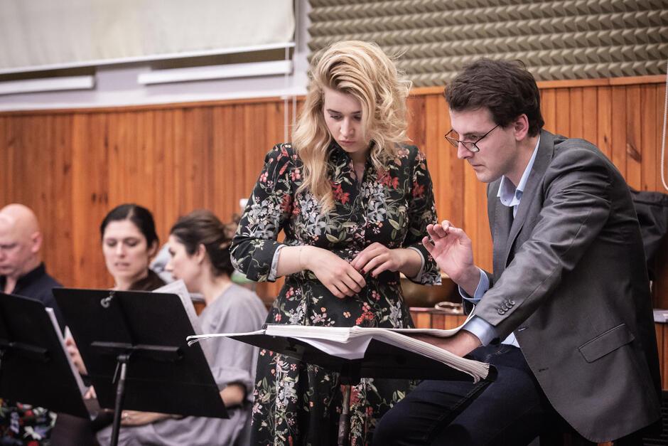 Katarzyna Wietrzny [Thais] podczas pracy nad rolą. Na zdj. z Michałem Krężlewskim, asystentem kierownika muzycznego