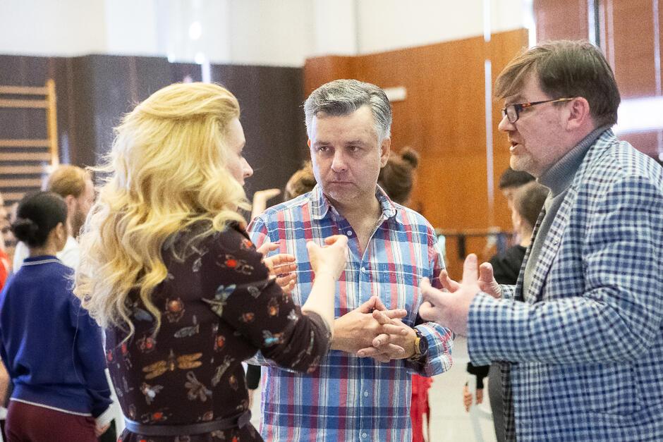 Katarzyna Wietrzny (Thais) i Marcin Bronikowski (Atanael) z reżyserem (Romuald Wicza-Pokojski)