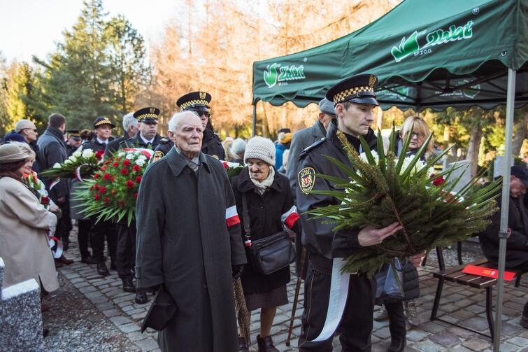 Pośród składających kwiaty na kwaterach żołnierzy AK na cmentarzu Łostowickim - Jerzy Grzywacz, ps. 'Tapir', uczestnik powstania warszawskiego