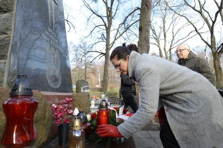 Kwiaty, znicze i chwila zadumy na grobach 'żołnierzy wyklętych' - powojennych ofiarach walki o niepodległość Polski