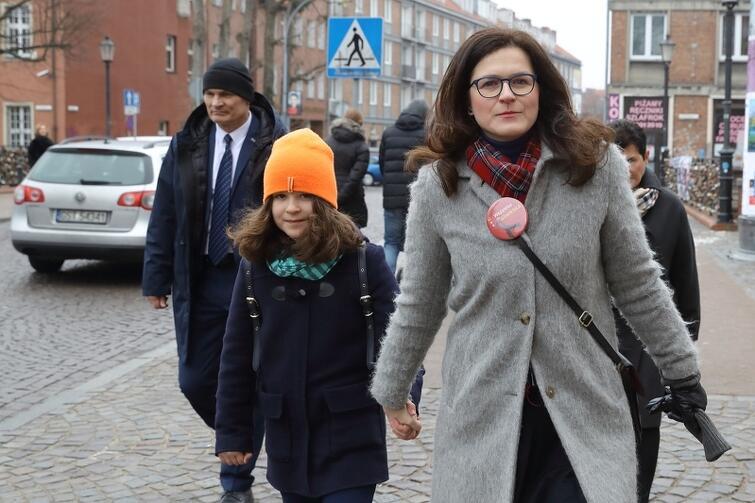 Aleksandra Dulkiewicz z córką w drodze na głosowanie/ zdj. Grzegorz Mehrin/gdansk