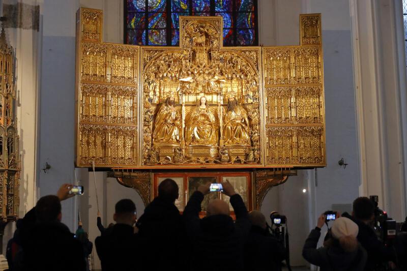 Odsłonięcie ołtarza głównego Bazyliki Mariackiej zostało entuzjastycznie przyjęte przez wiernych i turystów