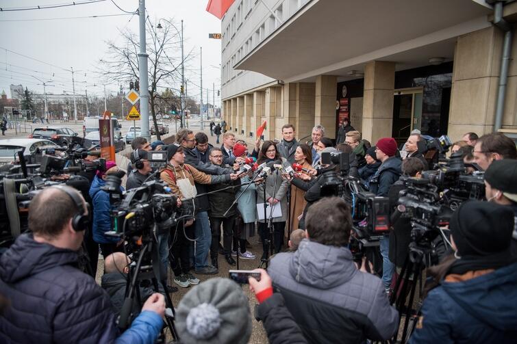 Poniedziałkowy briefing z udziałem Aleksandry Dulkiewicz cieszył się ogromnym zainteresowaniem mediów