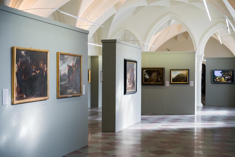 Na miejsce ekspozycji został wybrany Wielki Refektarz dawnego klasztoru franciszkanów, siedziby Oddziału Sztuki Dawnej MNG, który przez ostatnie kilkanaście miesięcy był gruntownie remontowany
