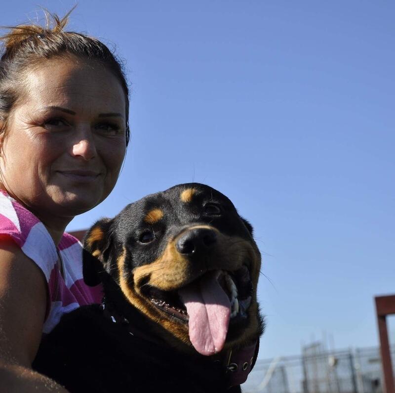 Aleksandra Burlińska to bardzo aktywna wolontariuszka schroniska Promyk. Nz. widzimy panią Olę i Brodę, jednego z dwóch psów, które zostały zaadoptowane przez kobietę