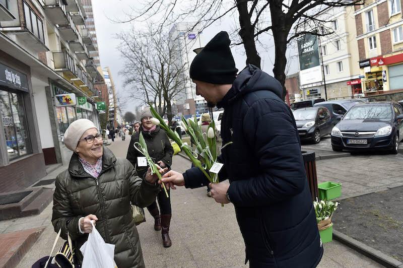 Mała rzecz czasem potrafi sprawić ogromną przyjemność. O przyjemnościach warto pamiętać 8 marca. Nz. Mateusz Bąk, piłkarz Lechii Gdańsk, który wręczał kobietom kwiaty podczas akcji zorganizowanej w 2017 roku