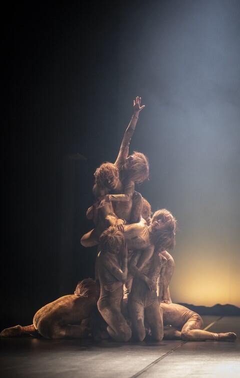 W spektaklu, Balet Opery Bałtyckiej symbolizuje emocje i duchowość