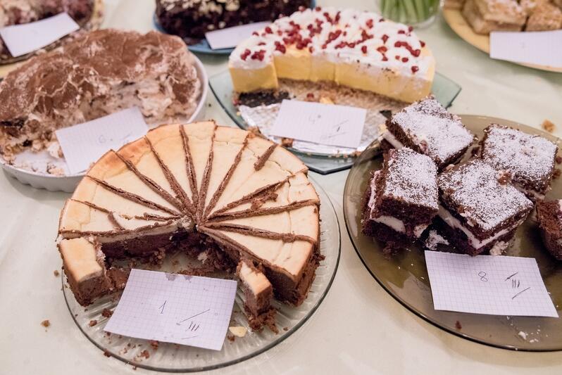 Te ciasta zasmakowały najbardziej: z przodu sernik trójczekoladowy i wuzetka, z tyłu sernik mango i beza