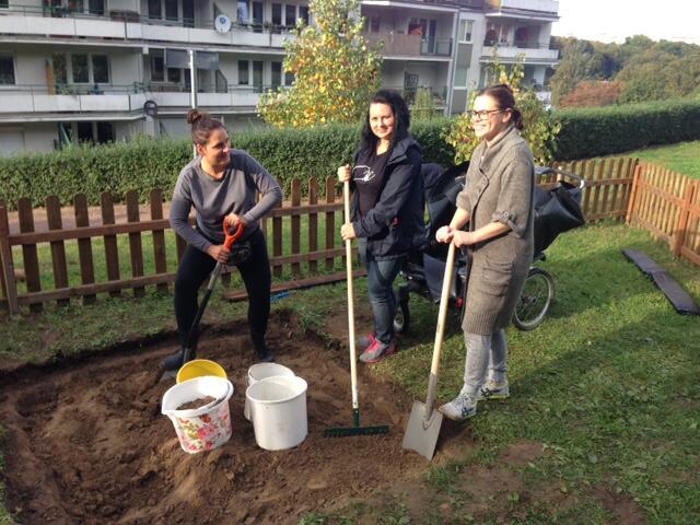 `Piaskownica - sąsiedzi z Zielonego Stoku`, mikrogrant z Funduszu Sąsiedzkiego, czyli matki biorą sprawy w swoje ręce (ale ojcowie także budowali plac zabaw)