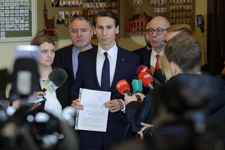 W czwartek radni PiS poinformowali o złożeniu wniosku w sprawie odwołania z funkcji wiceprezydenta Piotra Grzelaka