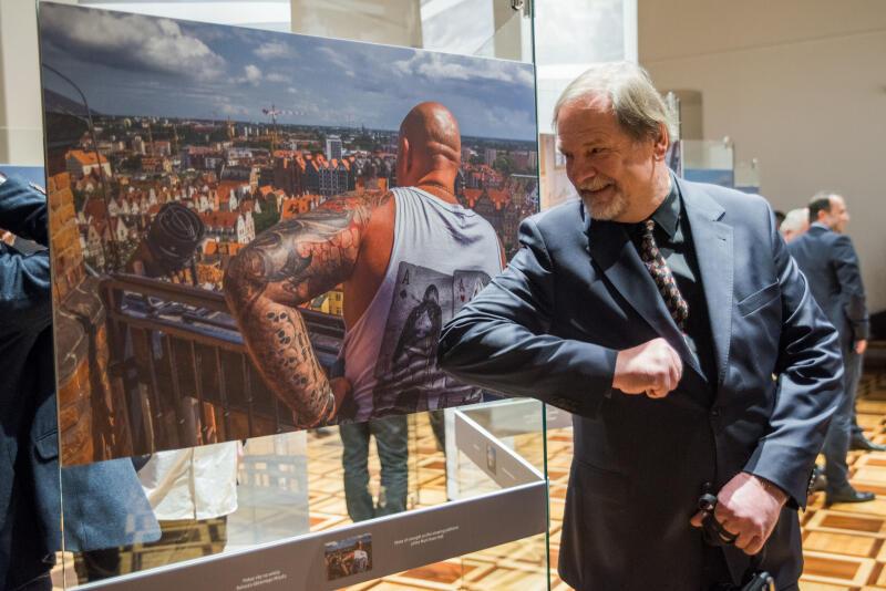 Wernisaż wystawy Niedenthal. Gdańsk 2018  w Ratuszu Głównego Miasta. Nz. Chris Niedenthal pozuje z jedną ze swoich fotografii
