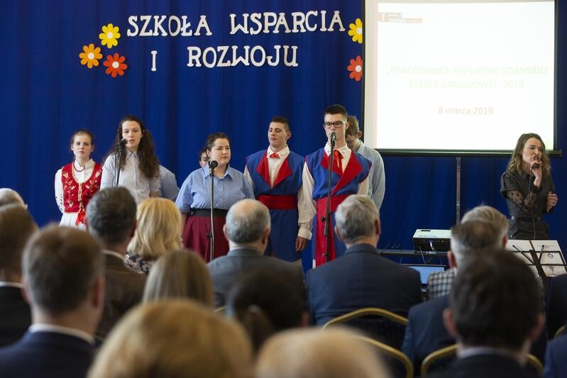 Młodzież z `Batorówki`, która gościła w tym roku w swoich murach galę konkursu, przygotowała ciekawy program artystyczny