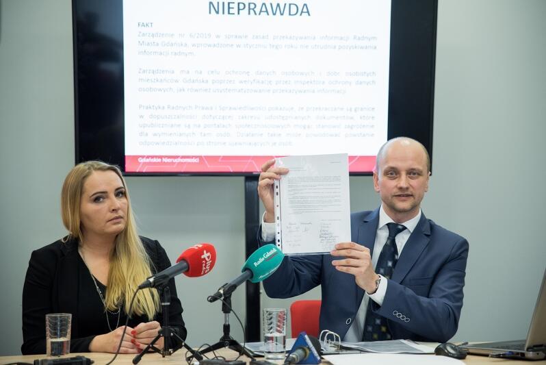 Dyrektor Gdańskich Nieruchomości, Przemysław Guzow, odpiera zarzuty radnych PiS. Na zdjęciu z lewej: Aleksandra Strug, rzeczniczka GN